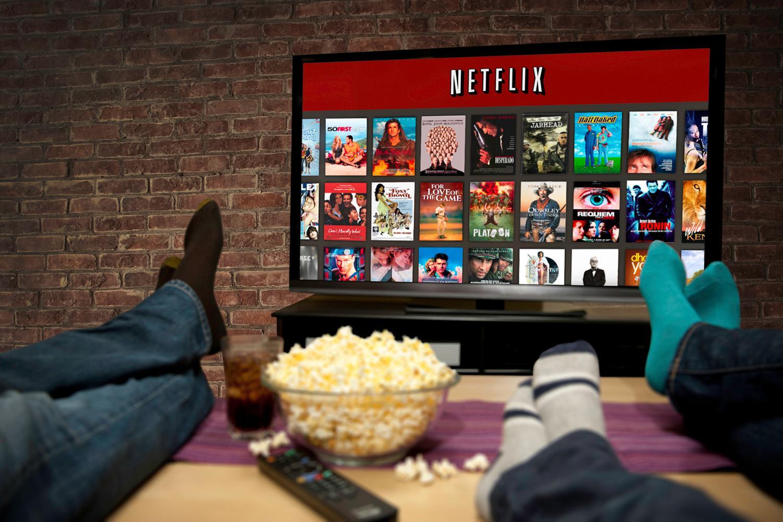sentado no sofá assistindo séries