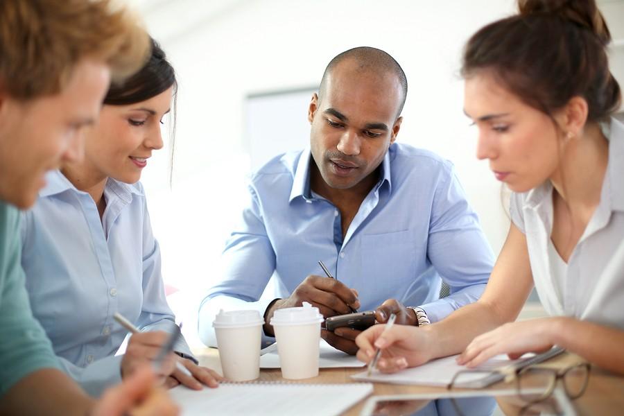estagio - estagiarios reunidos em mesa