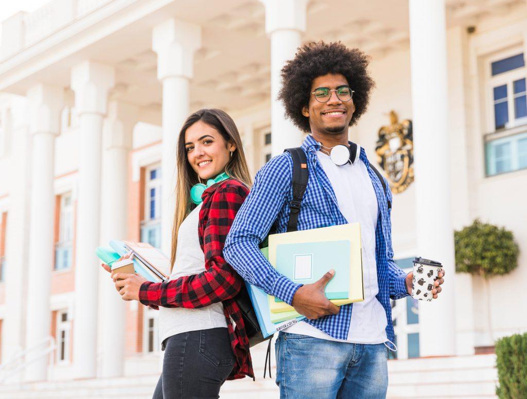 homem e mulher estudantes