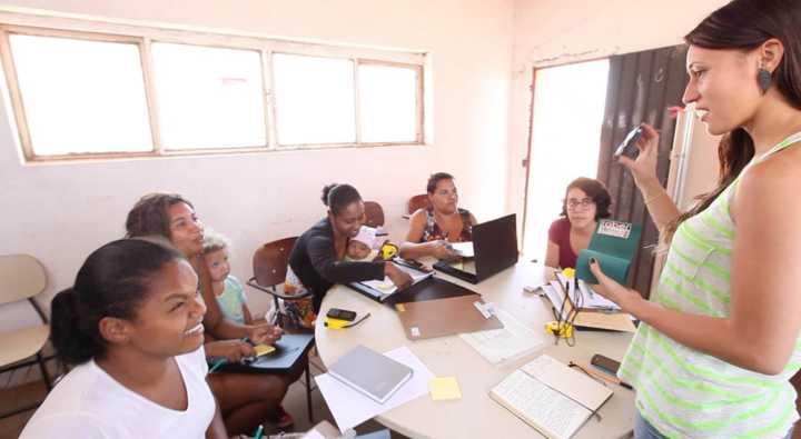 5ad1ccd017 A arquiteta Carina Guedes auxilia mulheres a realizarem seus projetos por  meio do Arquitetura na Periferia (Foto: Bruno Figueiredo/Arquitetura na  Periferia)