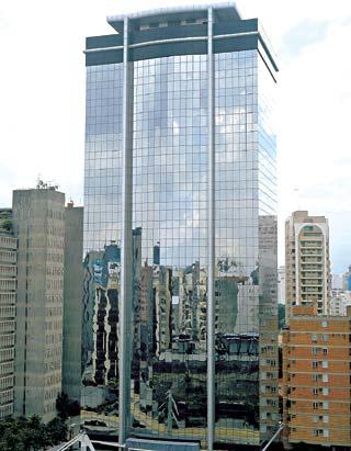 Imagem de prédio comercial com vidros refletivos