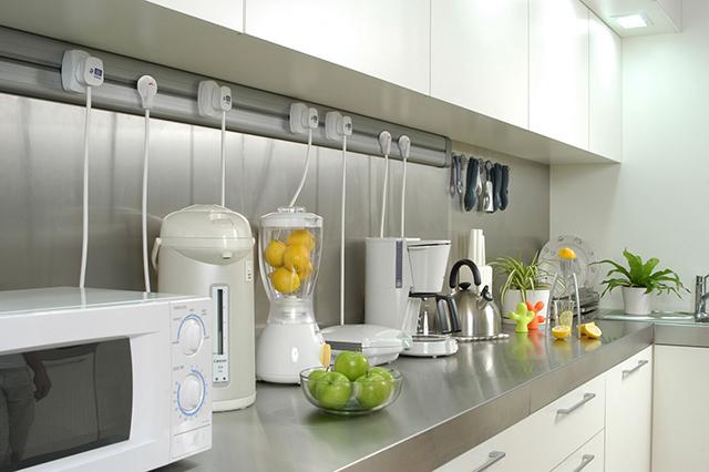 Fotografia de eletrodomésticos na cozinha e suas respectivas tomadas