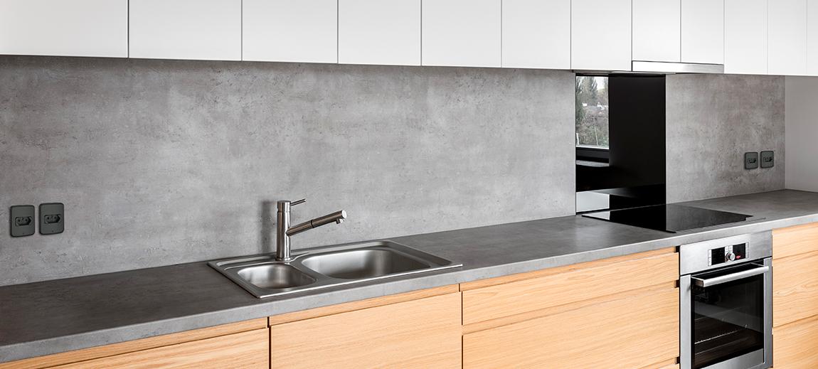 Fotografia de bancada de cozinha e instalação de tomadas e interruptores