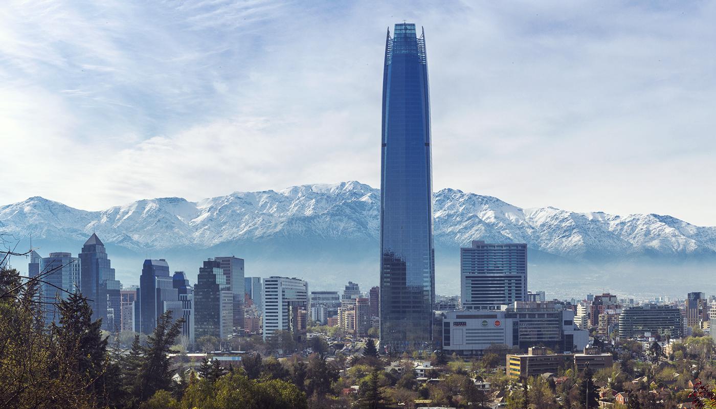 Fotografia do Sky Costanera. Atrás,, a Cordilheira dos Andes