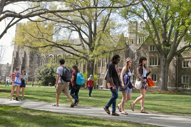 jovens andando em campus, representando faculdade pública, particular ou militar
