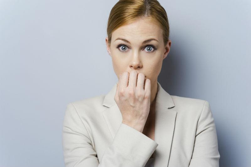 mulher roendo as unhas representando erros de engenheiros recém-formados