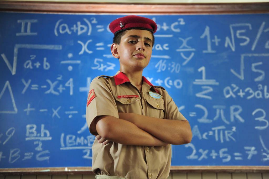 garoto vestido com uniforme de escola militar