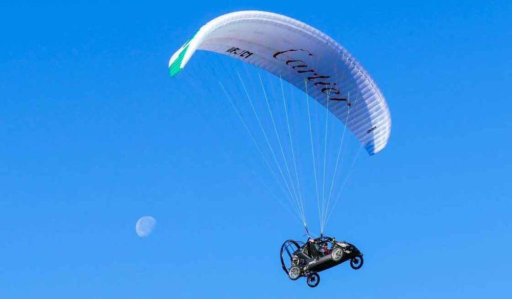 Piloto atravessa o Canal da Mancha em carro voador, um veículo híbrido de buggy e parapente
