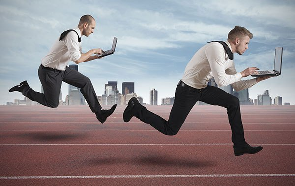 dois homens correndo com notebook nas mãos