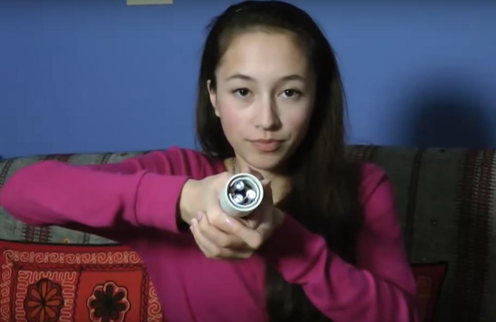 Efeito Seebeck: saiba como essa jovem conseguiu acender uma lanterna apenas com o calor das mãos