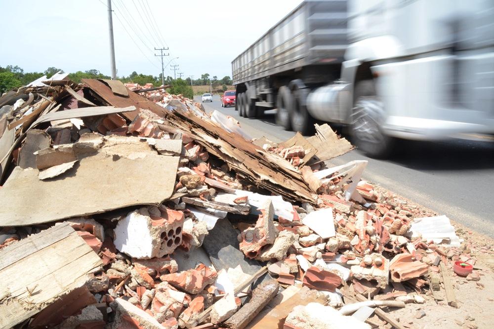 resíduos sólidos jogados em estrada