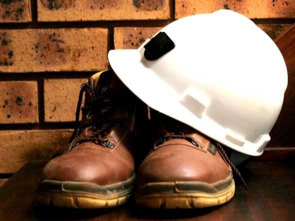 imagem de bota e capacete, ilustrando equipamentos do engenheiro que faz ART