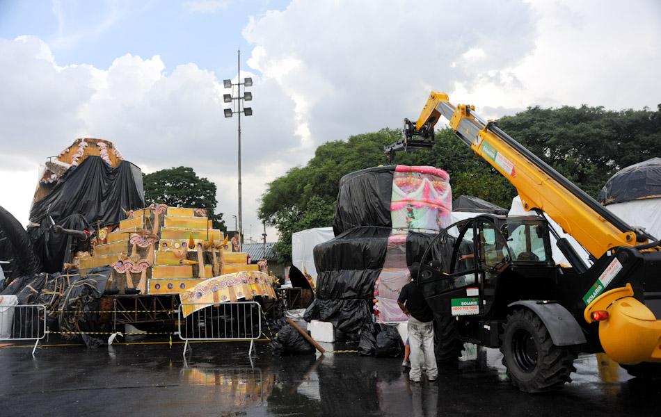 carros alegóricos em preparo para desfile