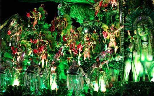 carro alegórico durante desfile de carnaval