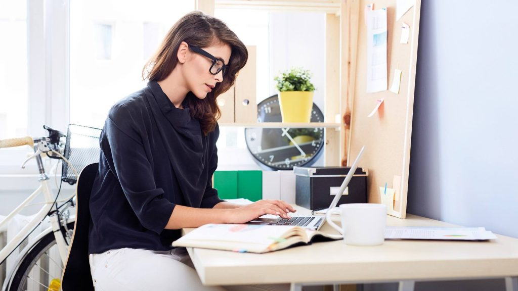 mulher usando computador
