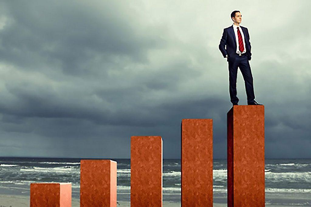 homem em cima de patamar representando engenheiro de sucesso