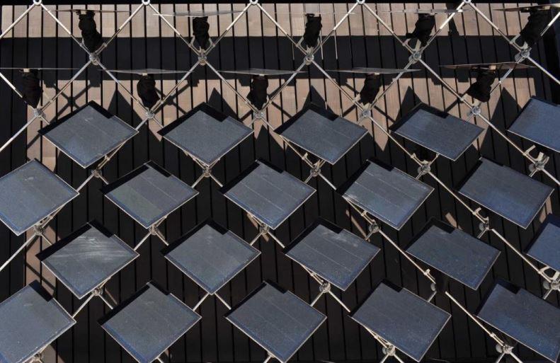 Fachada inteligente: painéis solares giratórios equilibram a geração de energia solar e temperaturas internas