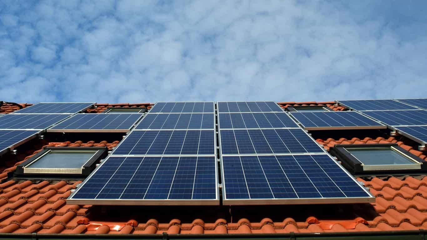 Saiba quais fatores determinam a eficiência de um painel solar