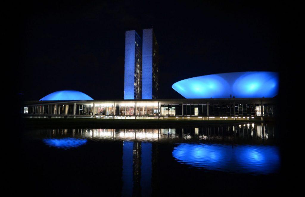 Fachada do Congresso Nacional iluminada em azul para campanha do Novembro Azul