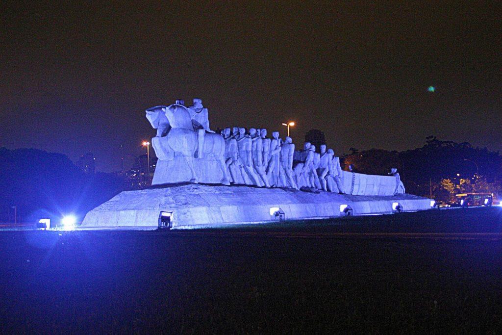 monumento iluminado novembro azul