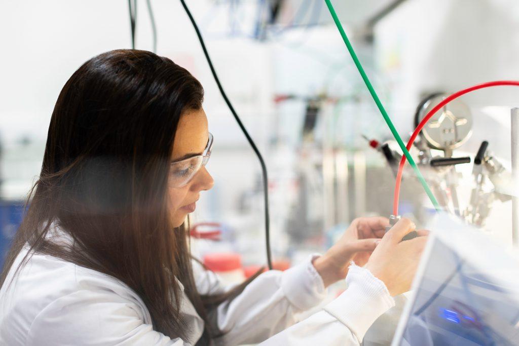mulher engenheira em laboratório