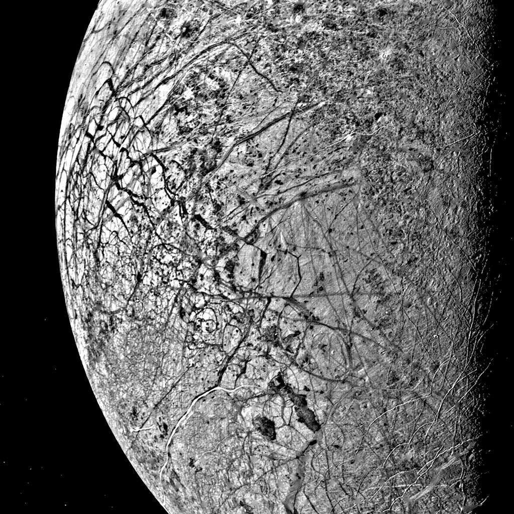 Europa taken by voyager 2 engenharia 360 bruie