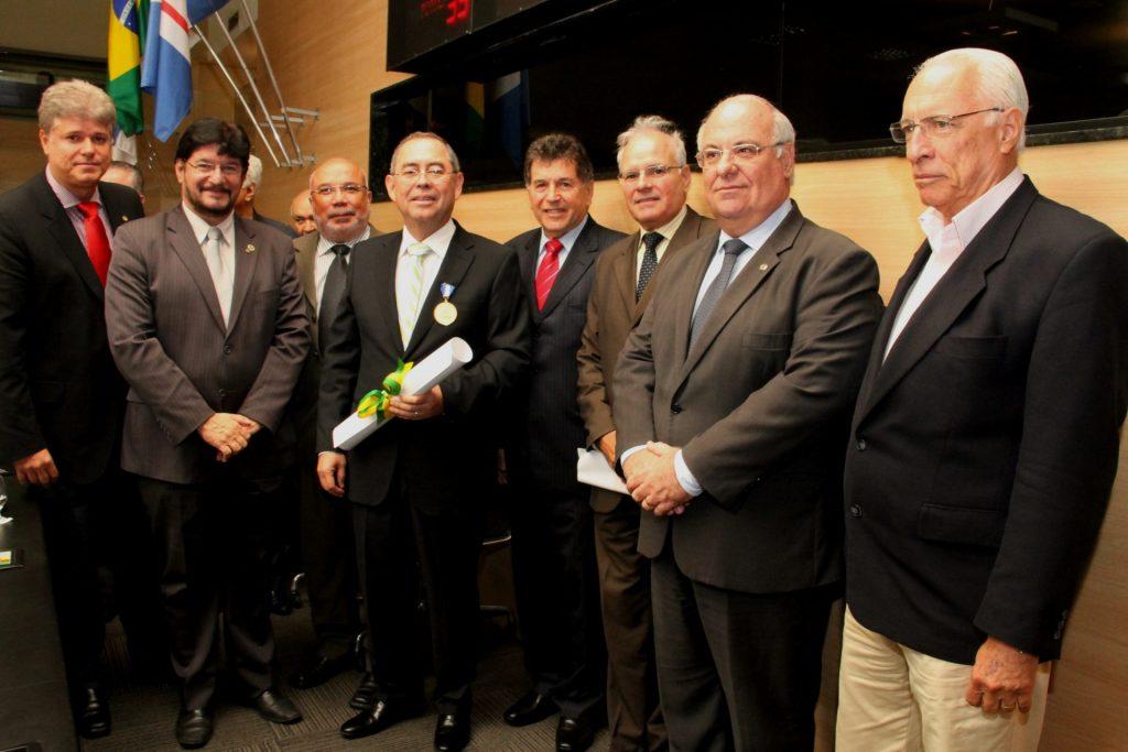 Foto da entrega da Medalha de Mérito José Mariano a Maurício José Queiroz Galvão, representando o Grupo Queiroz Galvão