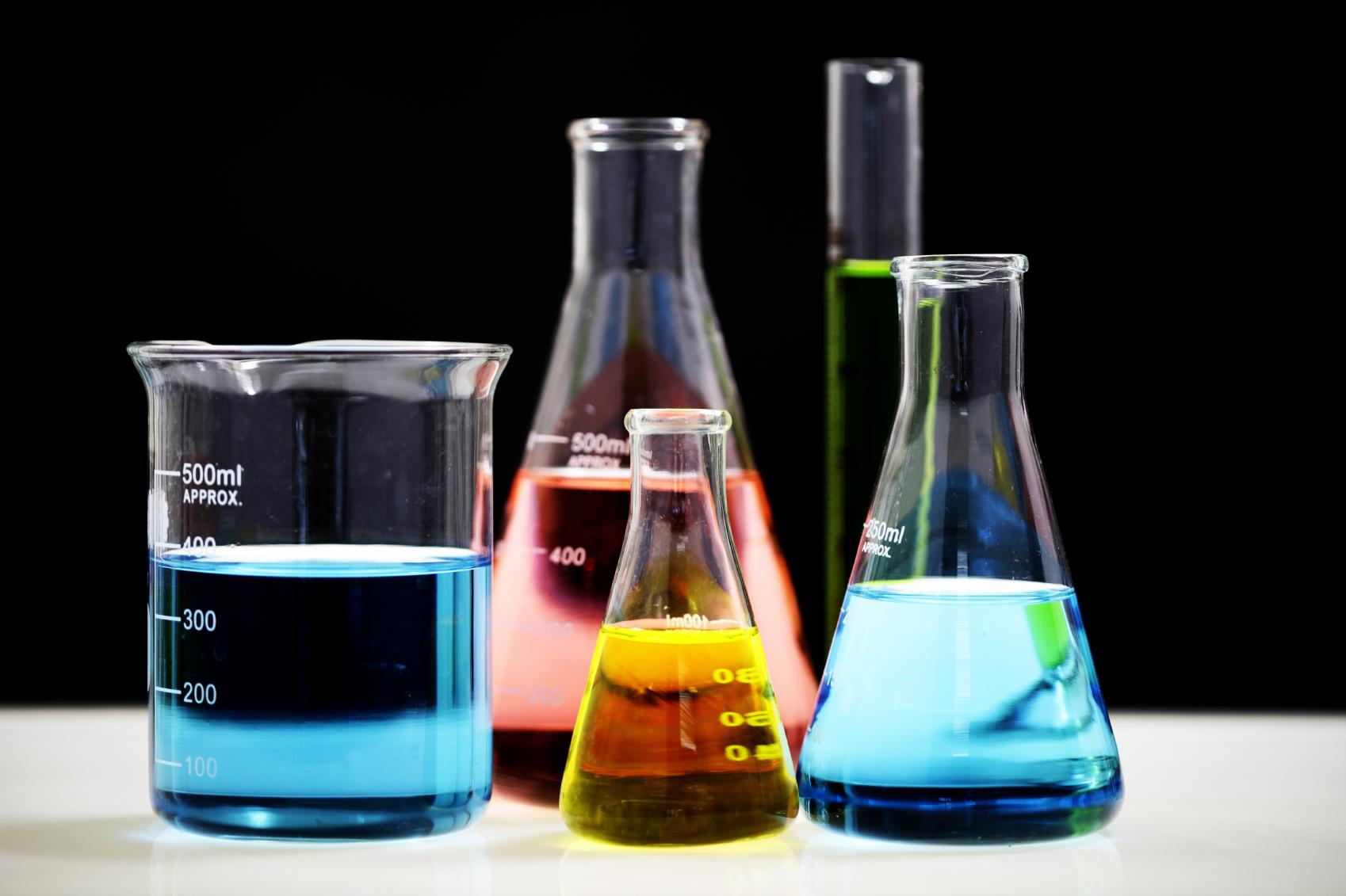 5 Beckers com diferentes substâncias químicas