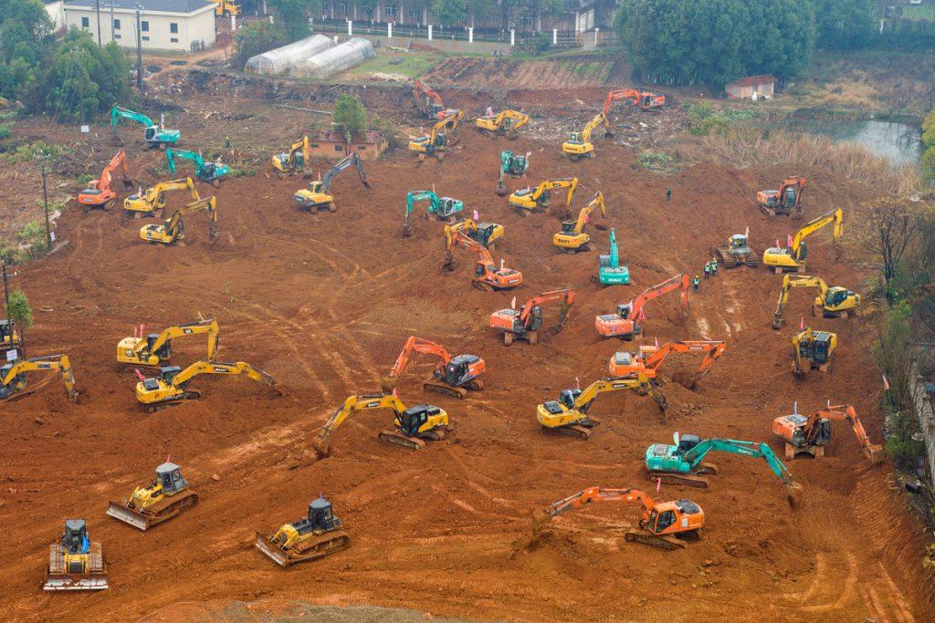 Máquinas que construirão hospital em 10 dias na China trabalhando no local