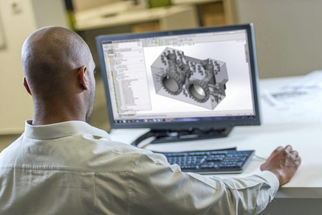 Homem usando software 3D em computador desktop