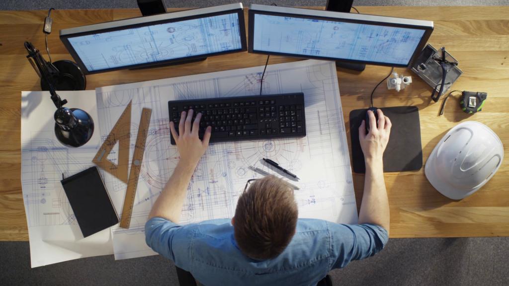 engenheiro usando computador desktop com duas telas