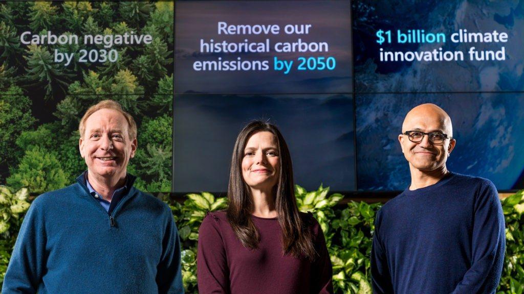 O presidente da Microsoft, Brad Smith, a diretora financeira Amy Hood e a CEO Satya Nadella se preparando para anunciar o plano da Microsoft de ser uma empresa carbono negativo até 2030, com plano de redução de emissões e descarbonização.