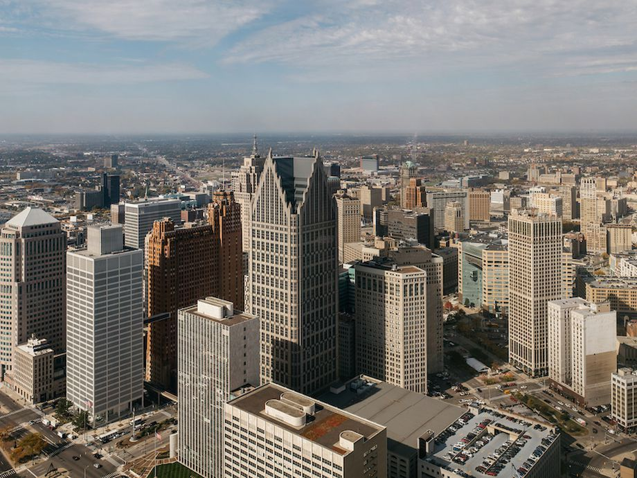 Vista aérea da cidade de Detroit com muitos edifícios altos.