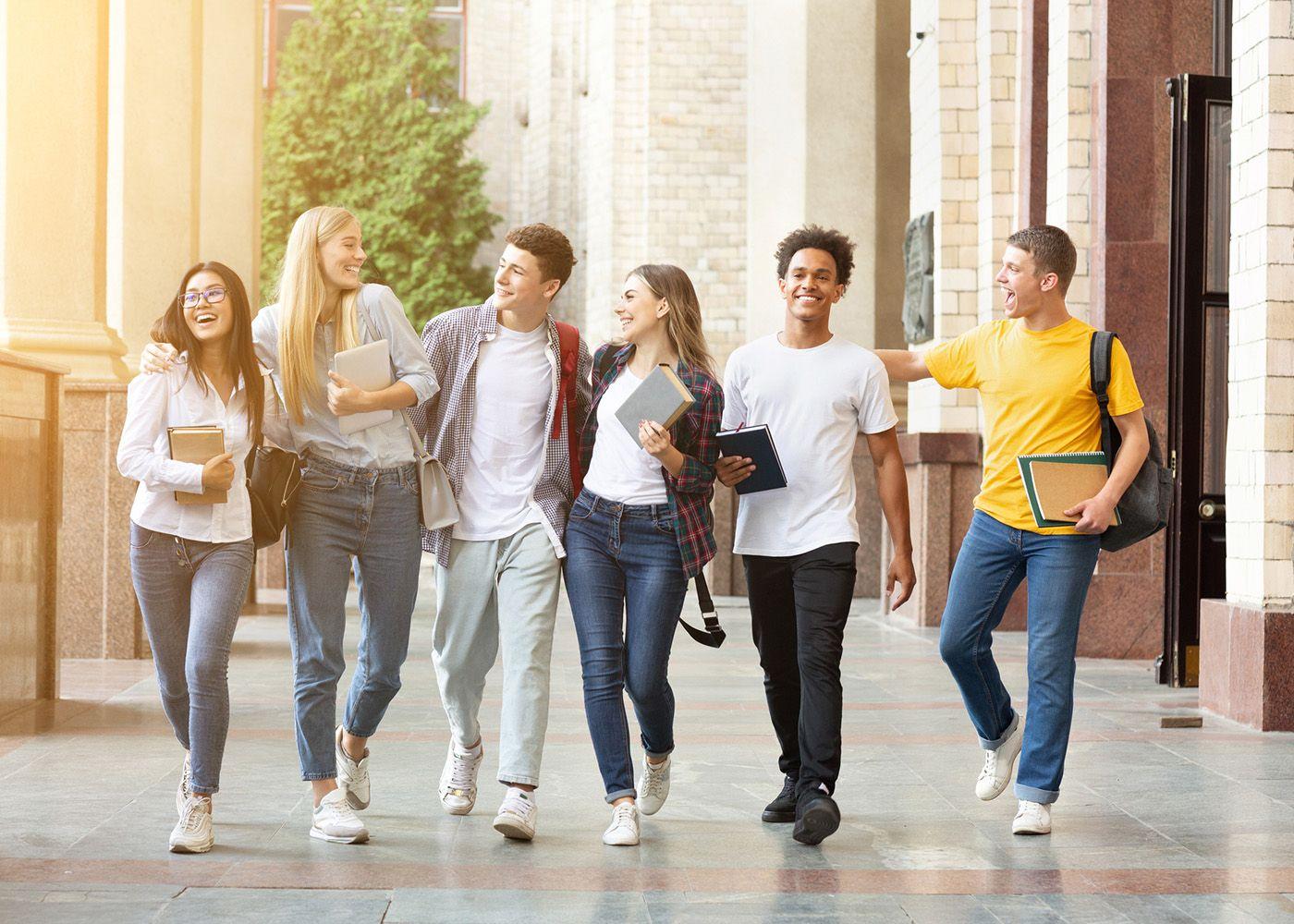 seis jovens calouros em universidade