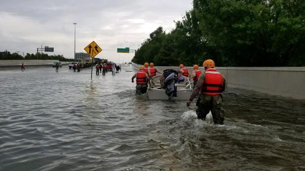 A Guarda Nacional do Texas deslocou-se para áreas inundadas em torno de Houston após o furacão Harvey. Infraestrutura dos EUA precisa de revisão. Engenharia 360.