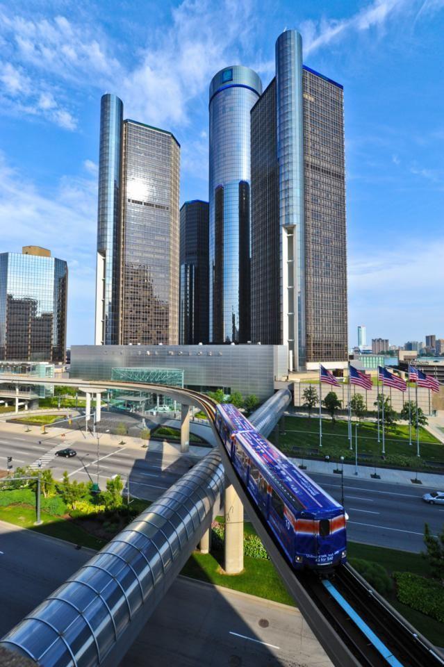 Vista de transporte público em trilho suspenso.