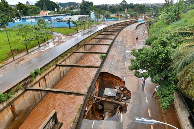 Córrego cheio devido a água de chuva em Belo Horizonte
