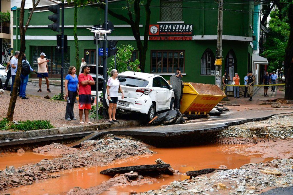 cenário de destruição em ruas após chuvas em Belo Horizonte