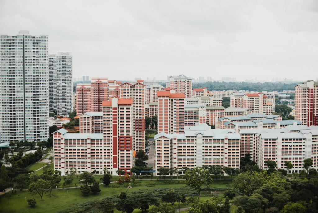 Cidade com área verde integrada.