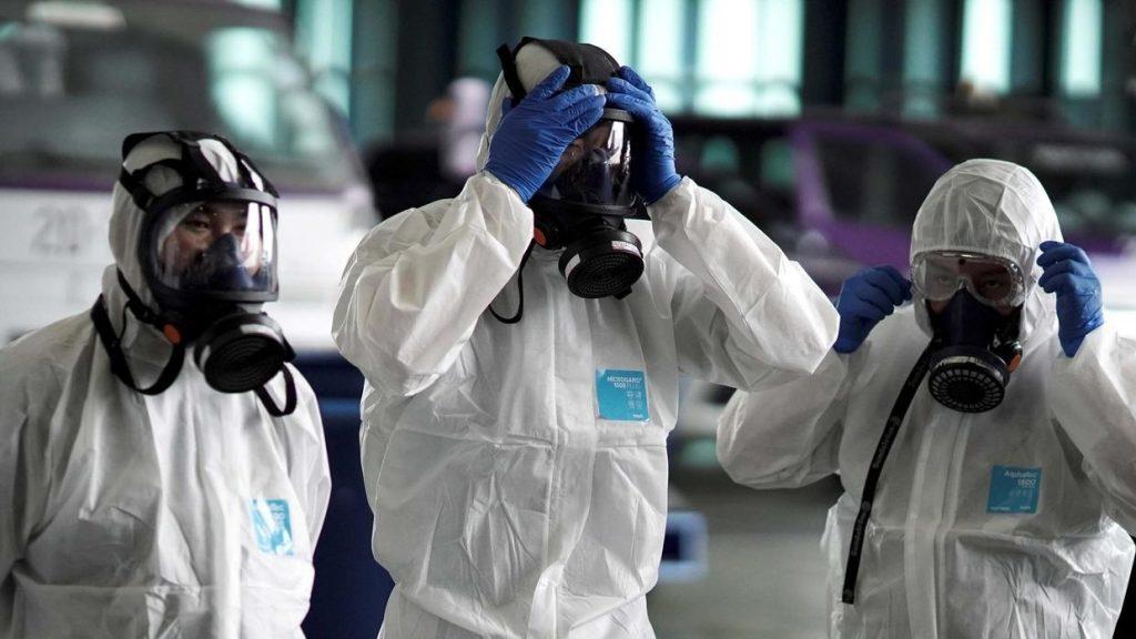 pessoas usando máscara em epidemia de coronavírus