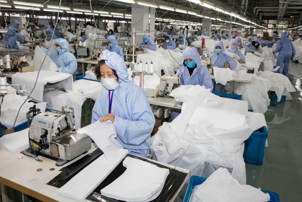 pessoas usando máscara em epidemia de coronavírus indústria