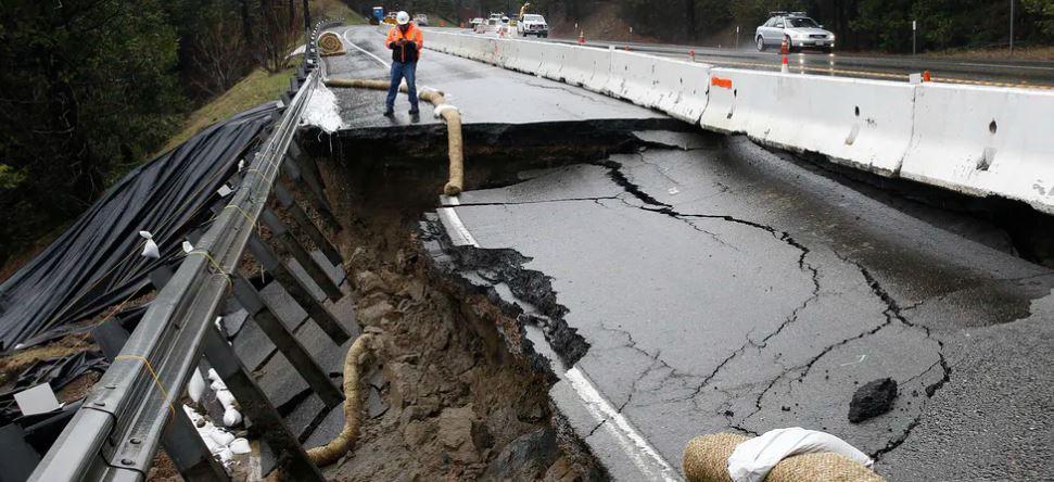 Fortes tempestades em fevereiro fizeram com que partes de uma rodovia da Califórnia cedessem, indicando problema de infraestrutura.