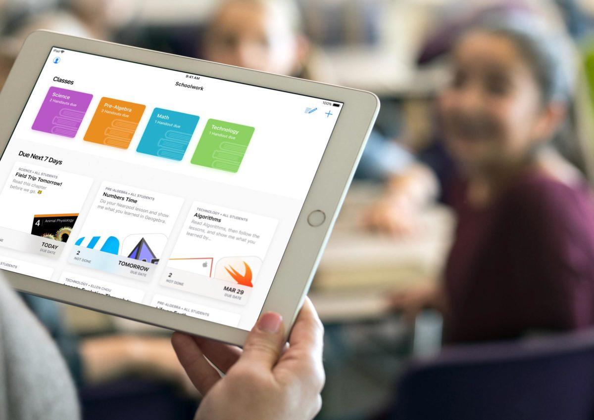 iPad sendo usado por professora em sala de aula