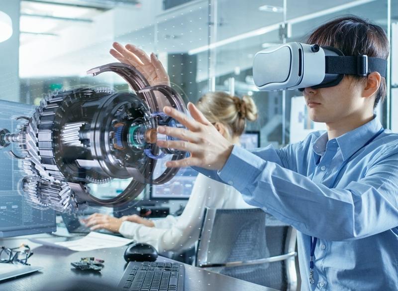 jovem com óculos de realidade virtual visualizando peça em 3D
