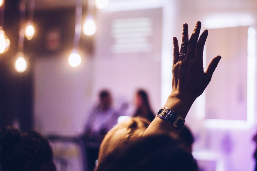 Pessoa levantando a mão. Engenharia 360.