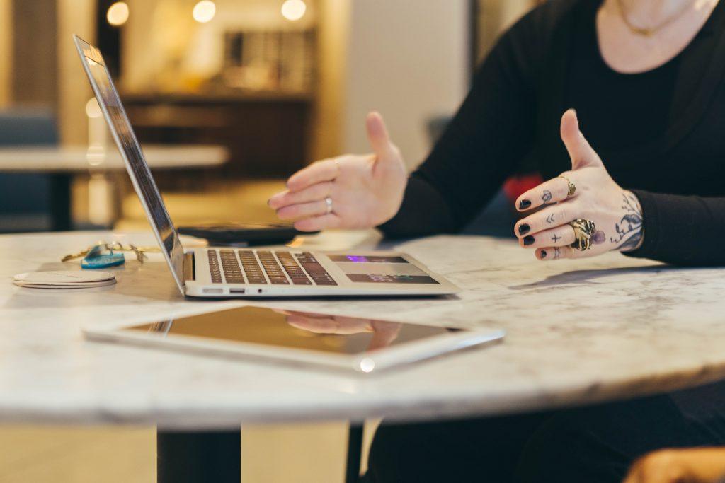 Mão feminina gesticulando durante uma conversa. Engenharia 360.