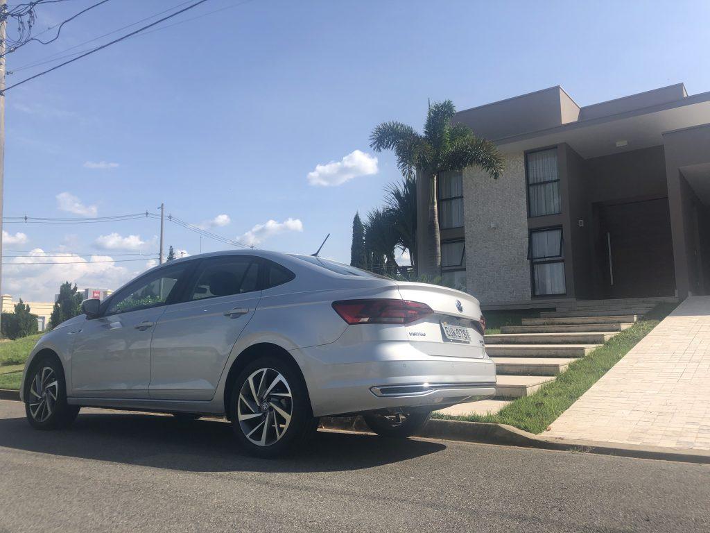 lateral virtus 200 TSI Volkswagen, céu azul ao fundo