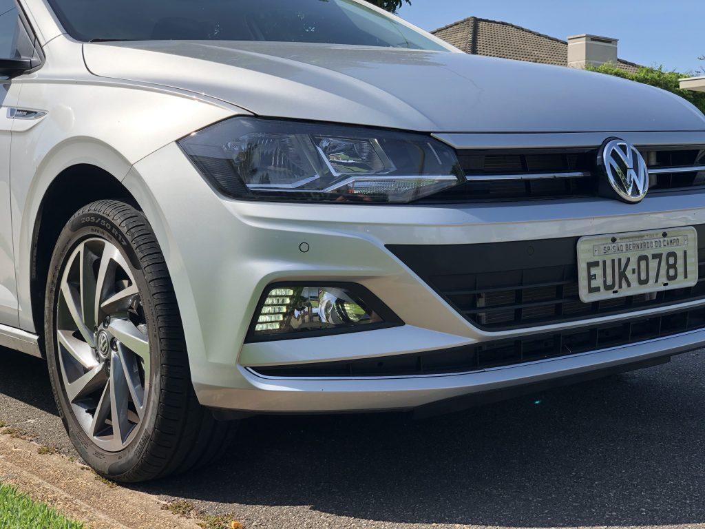 dianteira do virtus 200 TSI Volkswagen, céu azul ao fundo