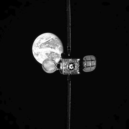 """Vista do satélite IS-901 a partir da posição """"espera distante"""" do MEV-1 durante a aproximação de aproximadamente 80 metros para ancoragem, com a Terra em segundo plano."""