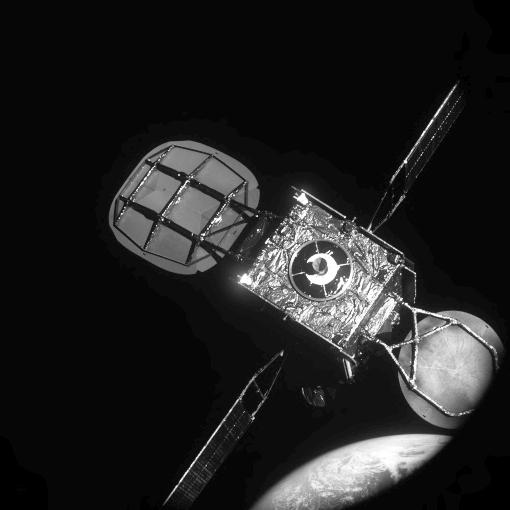Vista do satélite IS-901, pelo MEV-1, durante a aproximação de cerca 20 metros para ancoragem. Terra em segundo plano. Imagem: Northrop Grumman